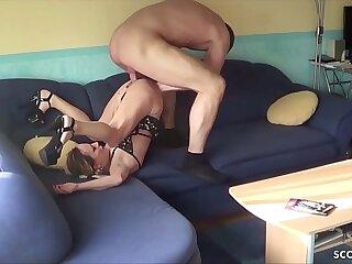 German Amateur - 18 JAHRE ALTE MAUS in ihrer Wohnung gefickt und gefilmt